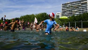 Pour la deuxième année, les Parisiens peuvent se baigner dans le bassin de la Villette.
