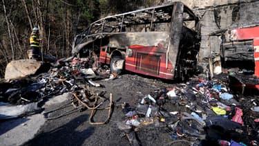 Un pompier inspecte les décombres du bus.