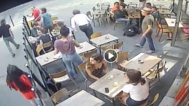 Les images de vidéosurveillance montrant la jeune étudiante juste après qu'elle se soit fait frapper au visage par un harceleur de rue. (à gauche de l'image)
