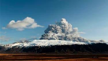 L'éruption du volcan situé sous le glacier Eyjafjallajokull, qui paralyse la majeure partie du ciel européen depuis mercredi, continuait dimanche à cracher un nuage de cendres volcaniques accompagné de puissantes secousses telluriques. /Photo prise le 17
