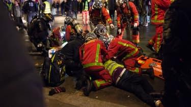 Les secours au chevet d'un blessé lors de la journée de mobilisation des gilets jaunes le 1er décembre à Paris