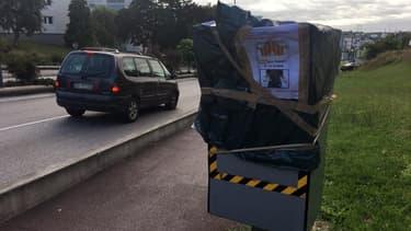 Un radar automatique a été recouvert d'un sac plastique pour protester contre le paquet de cigarettes à 10 euros sur une route à Limoges le 21 juillet 2017