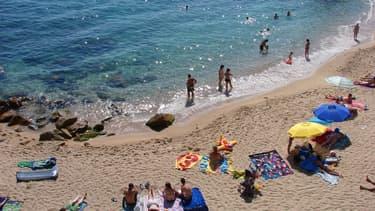 Des vacanciers en train de lézarder sur une plage. (Photo d'illustration)