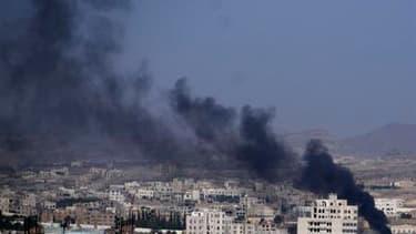 Colonne de fumée au dessus de Sanaa. Au moins dix personnes ont été tuées dans des affrontements qui ont éclaté samedi entre forces du président yéménite Ali Abdallah Saleh et des militants de l'opposition dans la capitale yéménite. /Photo prise le 22 oct