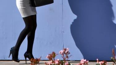 Une femme portant une mini jupe.