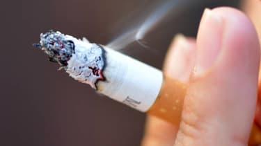 Une femme fumant une ciagrette, image d'illustration.