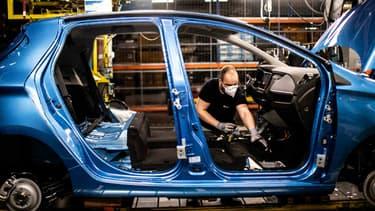 Image d'illustration - Un salarié sur la ligne d'assemblage de la Renault Zoé à Flins (Yvelines).