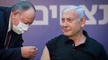 Le Premier ministre israélien Benjamin Netanyahu se fait vacciner le 9 janvier 2021 dans un centre à Tel Aviv