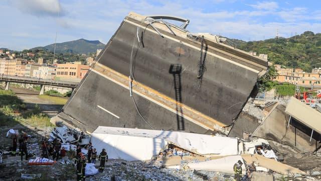 Une portion d'un viaduc autoroutier s'est effondrée à Gênes.