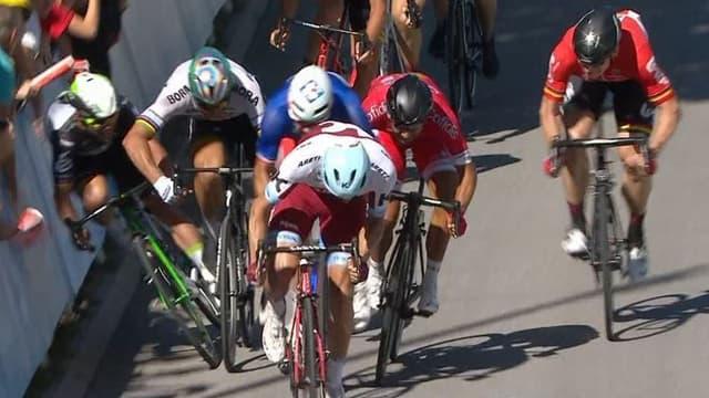 Mark Cavendish a lourdement chuté après avoir été bousculé par Peter Sagan à quelques kilomètres de l'arrivée de la 4e étape du Tour de France 2017.