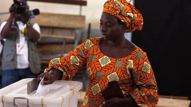 Dans un bureau de vote à Dakar. Le second tour de l'élection présidentielle organisé ce dimanche au Sénégal a des allures de référendum pour ou contre le chef de l'Etat octogénaire, accusé par une opposition unie de vouloir s'accrocher au pouvoir comme le
