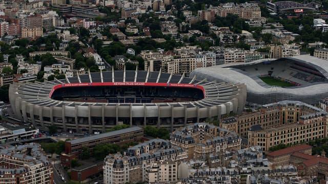 Surplombant le périphérique parisien, le Parc des Princes (à gauche, à côté du stade Jean Bouin, à droite) est situé à la limite du 16e arrondissement et de la ville de Boulogne-Billancourt , dans les Hauts-de-Seine.