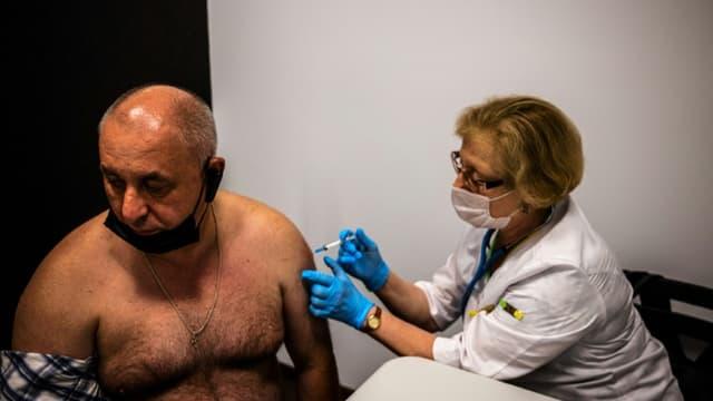 Un homme reçoit une dose du vaccin russe Spoutnik V dans un centre de vaccination à Moscou, le 25 juin 2021  (photo d'illustration)