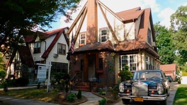 Construite en 1940, la maison comprend cinq chambres et quatre salles de bain.