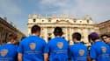 Fidèles place Saint-Pierre portant un tee-shirt célébrant Jean Paul II. Dans l'attente de la béatification du pape polonais pour laquelle le Vatican attend une foule sans précédent depuis ses funérailles, certains catholiques s'interrogent sur les raisons