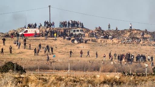 Des Palestiniens manifestent face à des soldats israéliens le long de la frontière entre Gaza et Israël, le 8 décembre 2017