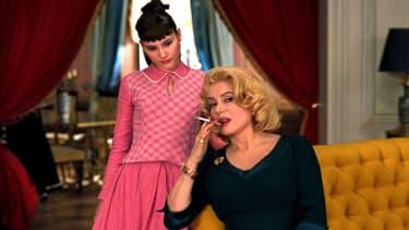 Virgine Ledoyen et Catherine Deneuve dans Huit Femmes.