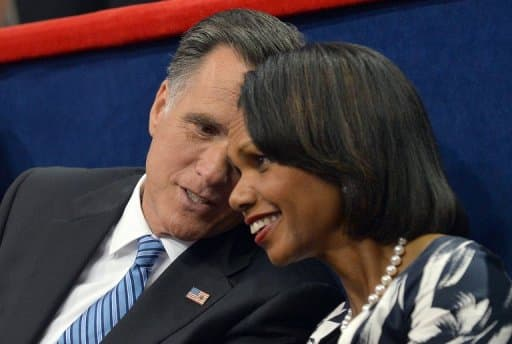 L'ancienne secrétaire d'Etat Condoleezza Rice parle avec le candidat républicain à la Maison Blanche Mitt Romney, à la convention de Tampa, le 28 août 2012