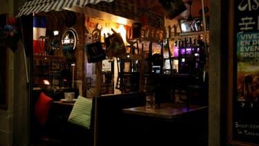 Un bar fermé à Paris dans la nuit du 5 au 6 octobre 2020, après l'annonce de nouvelles restrictions pour combattre l'épidémie