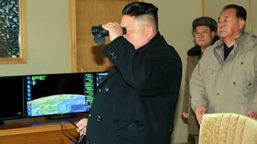 Le dictateur nord-coréen Kim Jong-Un surveille les tests.