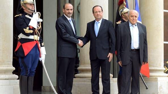 Poignée de main sur le perron de l'Elysée entre Ahmad al Jarba et François Hollande.