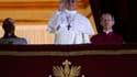 """Le pape François Ier, ex-cardinal Jorge Bergoglio, archevêque de Buenos Aires, a donné sa bénédiction à """"tous les hommes et les femmes de bonne volonté"""", lors de sa première allocution, au balcon de la basilique Saint-Pierre. /Photo prise le 13 mars 2013/"""