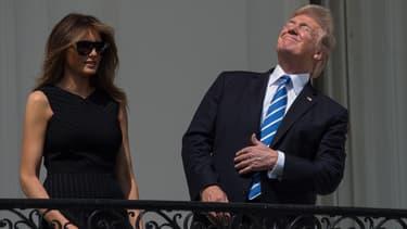 Donald Trump regarde l'éclipse solaire sans lunettes de protection, le 21 août, à la Maison Blanche.