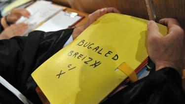 Un avocat tient le dossier Bugaled Breizh, lors d'une audience de justice en 2010.