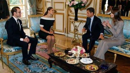 La princesse Victoria de Suède et son époux Daniel (à gauche) effectuent leur premier voyage officiel de couple marié en France, où ils ont été reçus mardi à l'Elysée par Carla et Nicolas Sarkozy. /Photo prise le 28 septembre 2010/REUTERS/Michel Euler/Poo