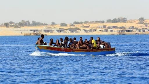 Des migrants aidés par des gardes-côtes libyens qui tentent de rejoindre l'Europe, le 8 juillet 2017