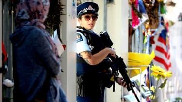 La police, en armes, monte la garde avant le début du ramadan devant la mosquée Al-Nour, après le massacre commis le 15 mars précédent par un suprémaciste blanc, le 3 mai 2019  à Christchurch en Nouvelle-Zélande