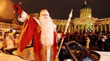 """Le """"Père frimas"""" parade à Saint-Pétersbourg en Russie, devant la cathédrale Notre-Dame-de-Kazan."""