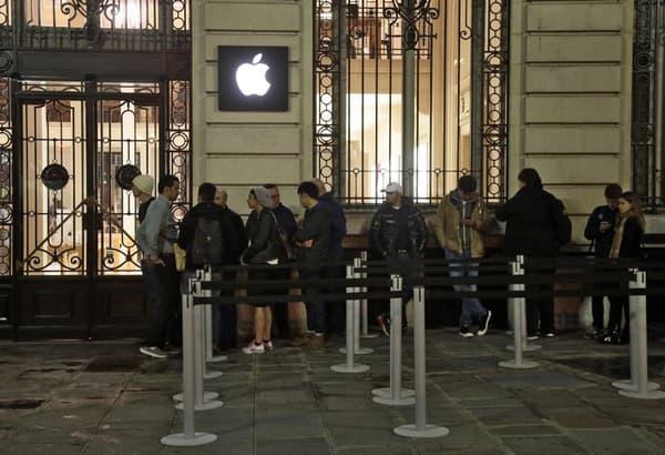 Certains ont passé la nuit devant les Apple store parisiens.