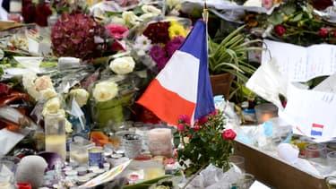 Messages, bougies et fleurs devant le Bataclan le 16 novembre 2015