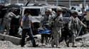 Soldats américains sur les lieux d'un attentat suicide au véhicule piégé, mardi à Kaboul. Cette attaque contre un convoi de l'Otan a coûté la vie à 12 civils et à cinq soldats étrangers au moins. /Photo prise le 18 mai 2010/REUTERS/Ahmad Masood