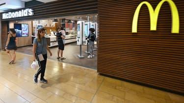 """Le géant du hamburger envisage après une période test de rouvrir """"une trentaine"""" de restaurants sur la base du volontariat."""