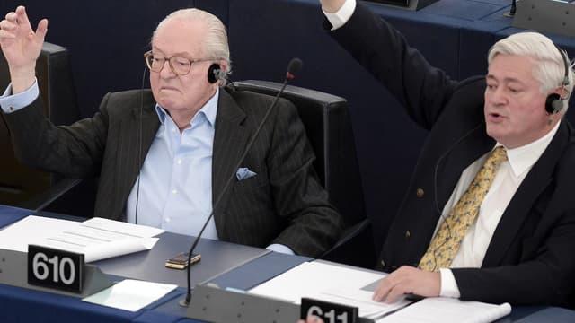 Jean-Marie Le Pen et Bruno Gollnisch au Parlement européen, le 19 mai dernier.