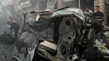 Un des deux véhicules qui a explosé à Homs, le 9 avril 2014
