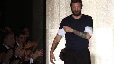 """Yves Saint Laurent (PPR) a annoncé lundi le départ de son directeur de la création Stefano Pilati, la maison de couture précisant qu'elle dévoilera le nom de son remplaçant """"dans les prochaines semaines"""". /Photo prise le 3 octobre 2011/REUTERS/Pascal Ross"""