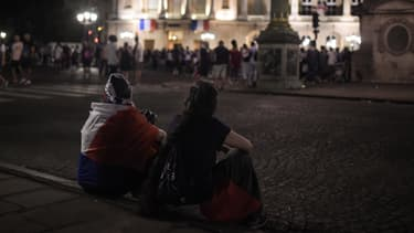 Des supporters français attendant en vain l'équipe de France au Crillon, à Paris, lundi.