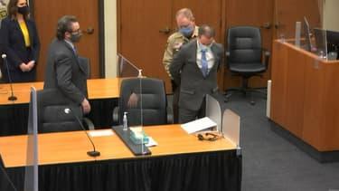 Le policier américain Derek Chauvin menotté à la suite du prononcé des sentences lors de son procès, le 20 avril 2021