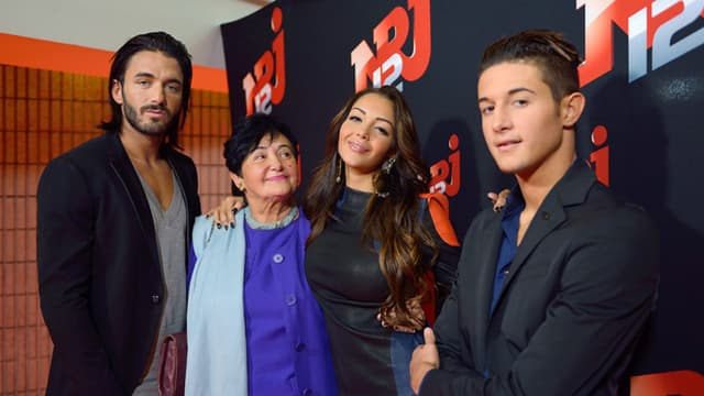 Nabilla Benattia entourée de son compagnon Thomas Vergara, de son frère Tarek et de sa grand-mère, Livia, dans les locaux de la radio NRJ, le 21 octobre 2013.