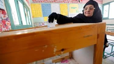 Dans un bureau de vote à Guizeh, dans les environs du Caire. Les Egyptiens retournent aux urnes mercredi pour le second tour de la deuxième phase des élections législatives, après cinq jours de violences au Caire qui ont assombri la transition démocratiqu