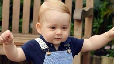 La veille de son prermier anniversaire (le 22 juillet), Prince George fait ses premiers pas.