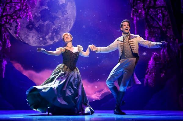 """""""Patti Murin (Anna) et John Riddle (Hans) dans la comédie musicale """"La Reine des Neiges"""""""