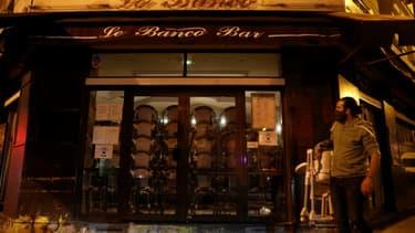 Fermeture d'un bar à Paris, le 5 octobre 2020