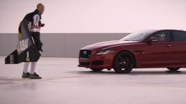Une course folle dans le désert entre un homme volant et un ancien pilote de F1, c'est dans une vidéo surprenante produite par Jaguar.