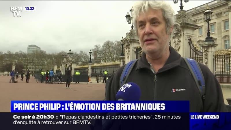 Malgré le contexte sanitaire, les Britanniques viennent rendent hommage au prince Philip à Buckingham Palace