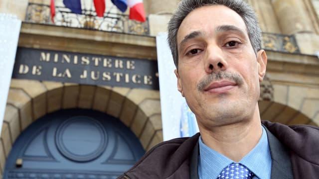 Omar Raddad arrive au ministère de la Justice le 1er décembre 2008 à Paris pour y être reçu par un conseiller de la garde des Sceaux de l'époque.