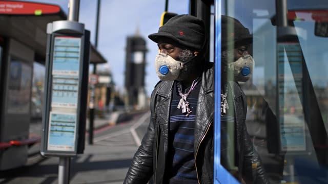 Un usager des transports en commun pendant la crise du coronavirus.